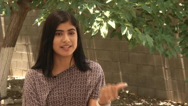 Joven recién graduada sorprende a su padre deportado en cruce de puente internacional