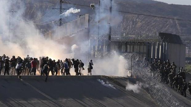 Arrojan gases a migrantes que intentaron cruzar a EEUU