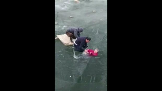 [TLMD - MIA] Se arriesga para salvar a anciana que cayo a río congelado
