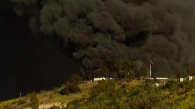 [TLMD - SD] Incendio en deshuesadero de autos en Otay Mesa