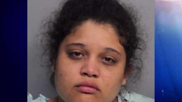 La acusan a matar a puñaladas a su hijito de dos años