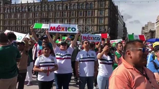 [TLM-TELEXITOS] Mexicanos cantando el himno en el Zocalo
