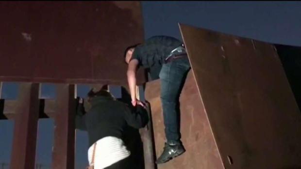 [TLMD - SD] Migrantes son captados escalando la valla fronteriza