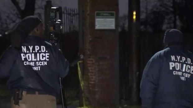 [TLMD - NY] Misterio rodea hallazgo de cadáver semidesnudo en Queens