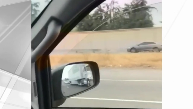 [TLMD - Bahia] Hombre desnudo maneja bicicleta por autopista