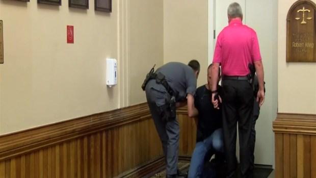 [TLMD - NATL] En video: lanza puñetazo a asesino de su sobrino  en Indiana