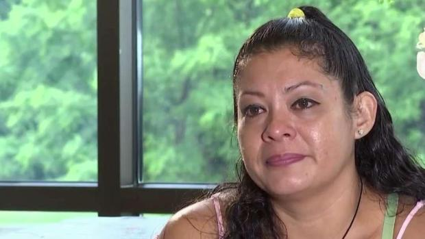 """""""Va más de un mes de no estar juntos"""": salvadoreña separada de su familia en la frontera"""