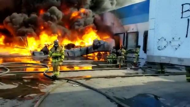 [TLMD - SD] Bomberos de Tijuana combaten llamas en fábrica de plásticos