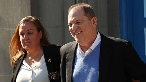 Weinstein sonríe tras ser arrestado y acusado en NY