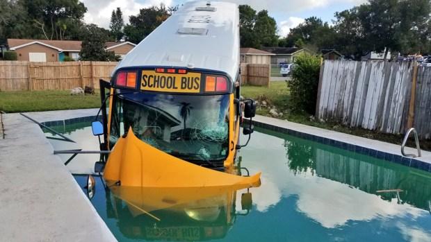 Autobús escolar con estudiantes discapacitados termina en una piscina