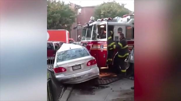 Camión de bomberos del FDNY destruye todo a su paso