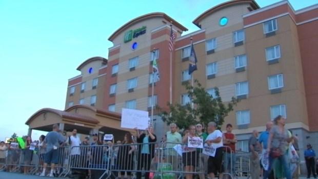 [TLMD - NY] Protestan en contra de refugio para desamparados