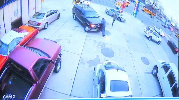 [TLMD - NY] Policía: Conductor arrolla a trabajador de gasolinera