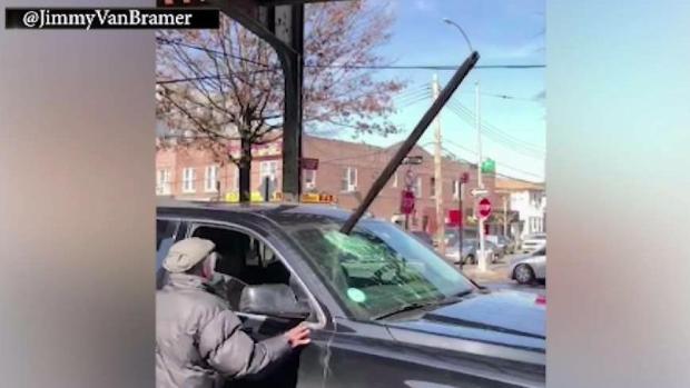 [TLMD - NY] Trozo de riel cae sobre vehículo en movimiento