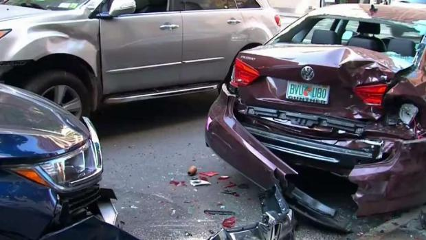 Vehículo pierde el control e impacta a varios automóviles