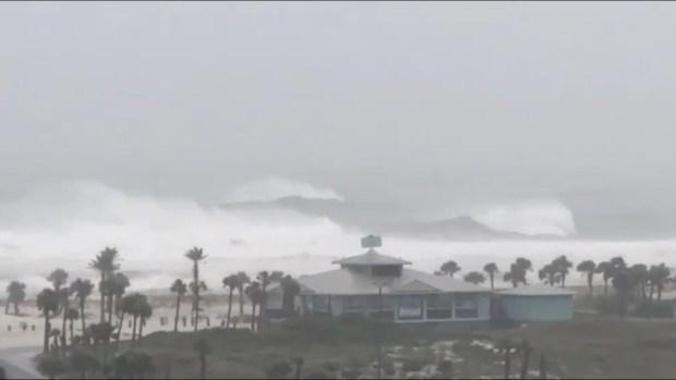Grandes olas embisten en la costa de Pensacola Beach por Michael