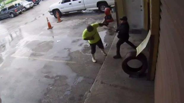 [TLMD - MIA] Violenta pelea en taller de gomas de Hialaeh