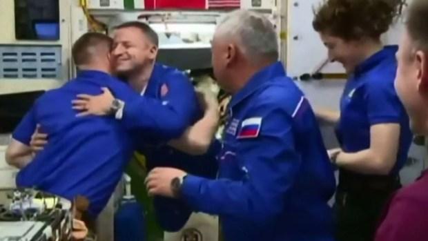 A 230 millas de la Tierra: los increíbles abrazos en el espacio