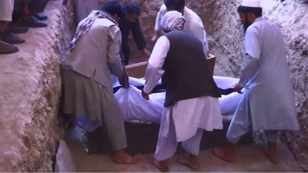 Boda sangrienta: entierran a decenas de muertos