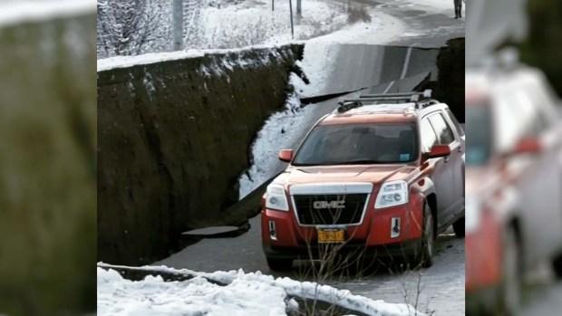 [TLMD - LV] Impresionante: se abre la tierra por terremoto en Alaska
