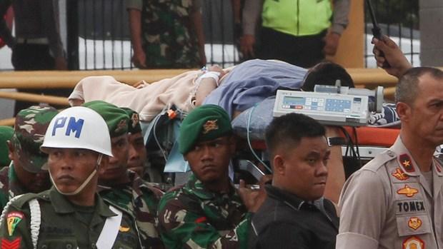 En video: le clavan cuchillazos a un ministro en Indonesia