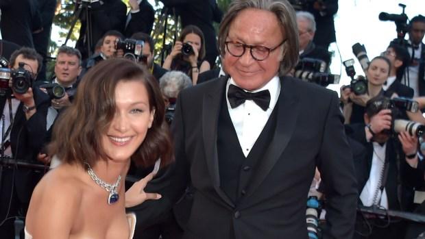 Modelo sufre accidente de vestuario en alfombra de Cannes