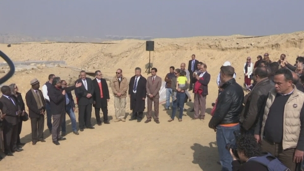 [TLMD - MIA]   finds tomb of high official of ancient Egypt next to the pyramids