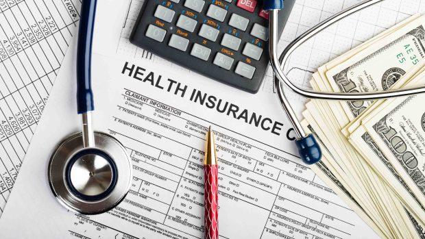Trump anota victoria legislativa con ley de salud pero enfrenta larga batalla