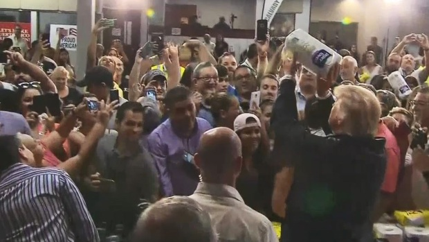 [TLMD - MIA] Trump tira al público rollos de papel toalla en Puerto Rico