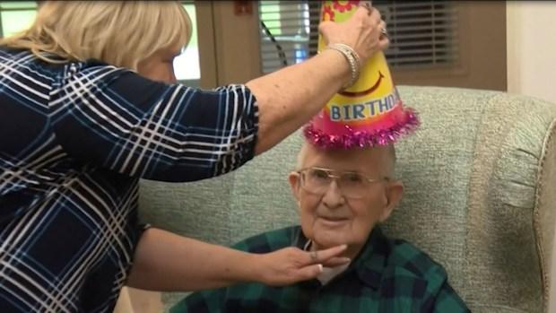 [TLMD - NATL] Tierno y bromista: abuelito celebra su cumpleaños número 100