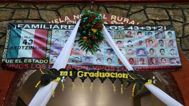 Ayotzinapa: Se gradúa generación de 43 desaparecidos