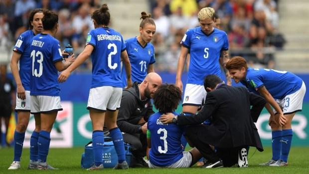 [WWC 2019 - PUBLICADO] Da miedo verlo: tremendo patadón en la cara recibe jugadora italiana