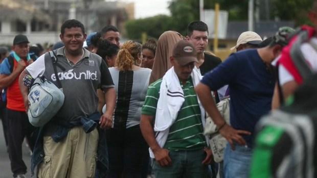Nueva caravana migrante atraviesa puente hacia México con renovada esperanza