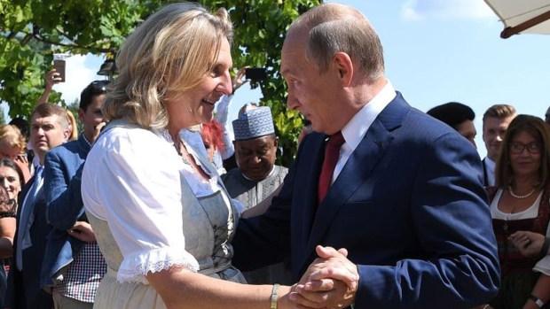Putin sorprende con sus pasos de baile en una boda
