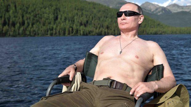 """Pecho al aire y arpón en mano: las vacaciones """"a lo macho"""" de Putin"""