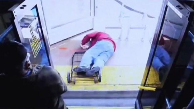 [TLMD - LV] Despiadado y mortal empujón: anciano cae de autobús
