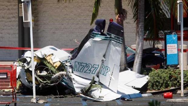 Pedazos de avioneta quedan regados en estacionamiento con saldo mortal