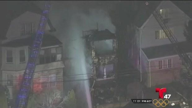 [TLMD - NY] Investigan las causas de un voraz incendio en Orange NJ