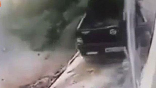 Video: A punto de morir por esperar el autobús