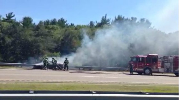 Video: Auto incendiado colapsó tráfico en I-93