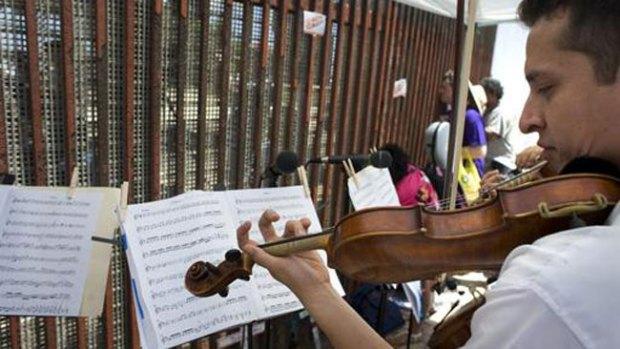 Video: Música en medio de la crisis fronteriza