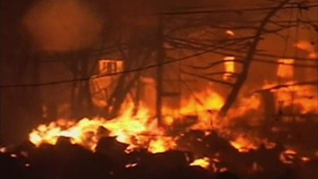 Video: Incendio destruye 50 casas