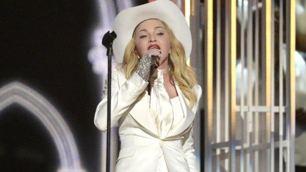 Video: Furor en las redes: el burka de Madonna