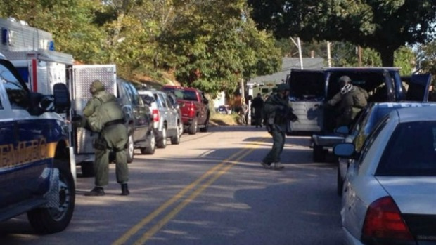 Video: Hombre armado se atrinchera en casa