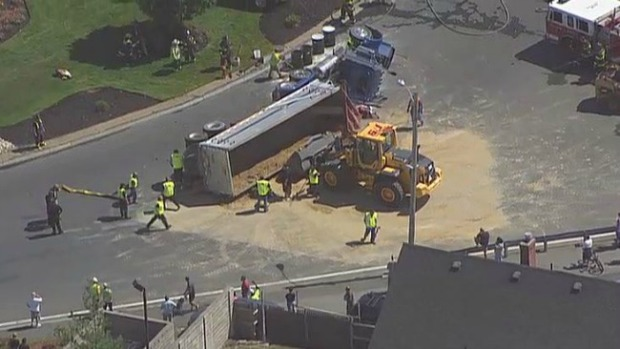Video: Camión con arena se voltea en Revere