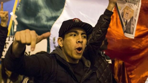 "Manifestantes celebran: ""¡Paramos a Trump! ¡Paramos a Trump!"""