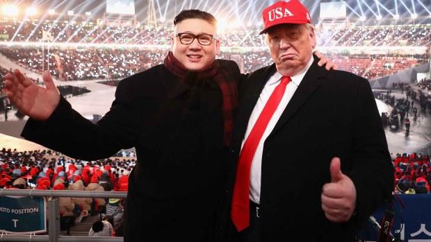 """""""Trump"""" y """"Kim Jong-un"""" se toman selfies y se dan abrazos"""
