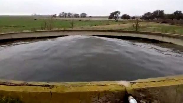 Increíble: agua en un tanque se ondula hacia arriba