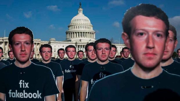 """Aparecen cientos de """"Mark Zuckerbergs"""" frente al Capitolio"""
