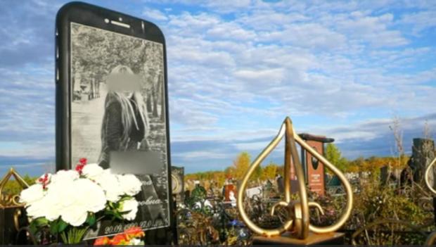 [TLMD - NATL] Insólito: la tumba con lápida de iPhone gigante